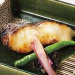 入母屋 - ■銀鱈の西京焼き…1100円 銀鱈を甘口の「西京味噌」に漬け込んでから、じっくりと焼き上げています。「葉とうがらし」が添えてあります!