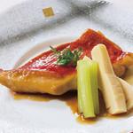 入母屋 - ■金目鯛の煮付け…1250円 「金目鯛」を生姜風味の甘辛味の煮汁で煮付けた一皿です,季節毎に変わる野菜の煮物が添えてあります!