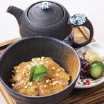 入母屋 - ■鯛茶漬け…980円 ご飯にお刺身用の鯛,ぶぶあられ,三つ葉を乗せて、出し汁をタップリとかけてお召し上がり頂きます!