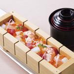 入母屋 - ■ばらちらしの押し寿司…980円 酢飯の上に錦糸玉子と魚介類を乗せて、イクラをトッピングした押し寿司です。赤出しのお椀と一緒にご提供いたします!