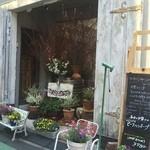 ビストロ・ダルブル - お花屋さんのような店先