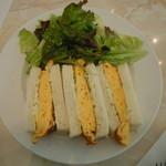 エルマーズグリーンカフェ - サンドイッチセットの場合はサラダと一緒にお皿にのってきます♪