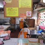 ぶたまん屋さん - お店の中では積まれたセイロから湯気が出て豚まんが沢山蒸されてました。