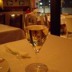 ピッツェリア・ドォーロ - グラスワイン(白)と店内