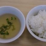 36509598 - 麻婆豆腐に付くご飯とスープ
