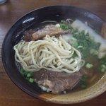 宮古そば愛 - ソーキそば(中)550円(麺はこんな感じ♪)