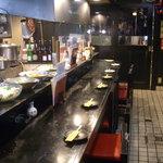目黒のさんま 菜の花 - 赤と黒が基調のカウンターは、全13席