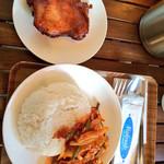 ラーンガイ - ガイパッドガピとガイヤーンを。 ガイヤーンは鶏の味噌漬けの様な風味で香ばしくとても美味しい。オススメです。ガイパッドガピはとりひき肉をエビを発酵させたガピで炒めジャスミンライスつけボリューム満点
