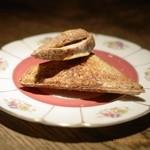 バー オーディン - 無農薬の雑穀パンとオーガニックモッツラレアチーズと自家製ベーコンのホットサンド