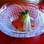 36515459 - 先付け 季節の貝と山菜 粒マスタードのジュレ                       様々な食感と苦みのコントラスト