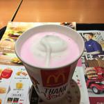 マクドナルド - 最後に苺シェークも+。:.゚ヽ(*´ω`)ノ゚.:。+゚これ100円って♡マクドさん太っ腹〜♪♪