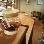 カフェ プリモ パッソ - 木のぬくもりが心地良い。コンクリート打ちっぱなしの壁のおしゃれなお店です