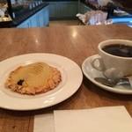 プラス ドゥ パスト - 料理写真:ホットコーヒー、洋梨のタルトと