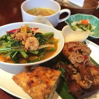 アユンテラス - アユンテラスランチ 1180円 ご飯も付いてくるよ! スープと空芯菜がおいしい。今度ナシゴレン食べに来たい!