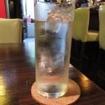 神戸豚と産直野菜バル CACHETTE - レモン入りの?お水