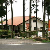 イルマーレ - 屋久島の風景に違和感ないデザインで、唯一屋根だけがイタリアンを主張するようにオレンジ色に考えました
