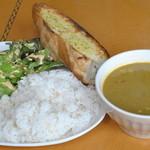 ホットポウ カリーキッチン - 料理写真:チキンカレー(マイルド)ライス&パン ¥1070