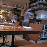 ピサンリ - 店内もとってもこじんまり。テーブルにクロスがないので、カジュアル感があります。