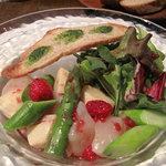 ピサンリ - 前菜は2品もついてるのね。帆立貝柱・アスパラガス・筍のサラダ・フランボワーズのドレッシングがけ。