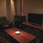 永田 - 個室。ミニシアタースタイルで、ムービー鑑賞しながらお酒を呑めたり出来るらしい。