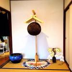 酒邸 吟乃香 - 玄関の正面には杉玉が飾られてます