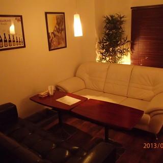 ゆったりソファ席でワインとお料理を楽しめます!