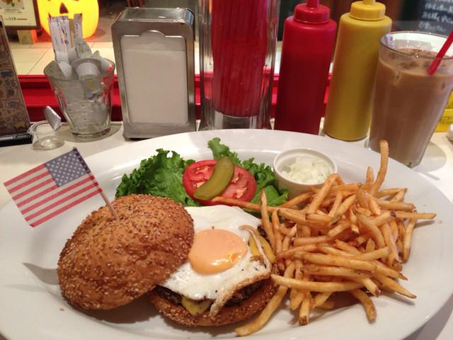 サニーダイナー ルミネ北千住店 - 過去に食べたバーガー 写真撮ろうとしたら店員さんが旗つけてくれました♩