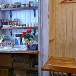 トモチェカフェ - 店内のディスプレイ