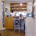 トモチェカフェ - ウッディな店内
