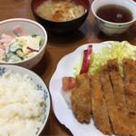 大衆割烹 すみれ - トンカツ定食700円とマカロニ100円
