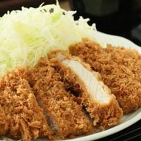 立呑み とんかつ まるや - ロースかつ定食は、おかわり自由のご飯&お味噌汁がついて税込で700円。