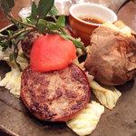 つばめグリル - アルザス風自家製ベーコンで巻いたハンブルグステーキ