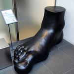 frigerio - ドア前にある巨大な足のオブジェ?