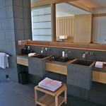 アマン東京 - 洗面台も機能的ながら、すっきりと和のデザイン。