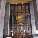 アマン東京 - ランチで伺ったレストラン。奥には高さ3階建てワインセラーが1,200本の在庫。