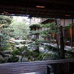 Nishimurayahonkan - フロントから中庭を望む