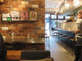 BURN SIDE ST CAFE - 店内奥のテーブル席から入口側を眺める。