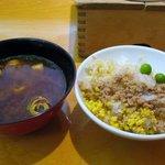 釜めしビクトリア - 赤だしと秘伝のだし汁で煮られたご飯とちょっぴり甘口のそぼろが美味