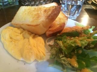 カフェ・ハル - 厚切りトースト、スクランブルエッグ、野菜サラダが添えてあります