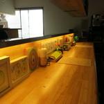 TODDYS - アボガドの絵が沢山置いてあるカウンター席