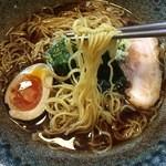 36618009 - 麺は細縮れ麺!茹で加減も程よい固めの食感で、スープの持ち上げも良い麺だ