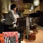 喜多郎寿し - 若いゲストたちで大賑わいの店内。