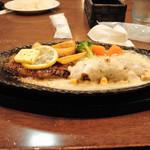 レストラン松新 - ステーキ・ハンバーグセット。ハンバーグはホワイトソース