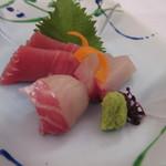 ホテルレガロ福岡 -   次は刺身の盛り合わせ、結婚式等の宴会も多い為に料理は大皿ではなく一人分づつ提供されました。