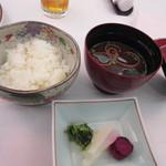 ホテルレガロ福岡 - ご飯とお味噌汁が出て来たら料理は終了に近づいてきます、お味噌汁は高級感あふれる赤だしでした。