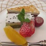 ホテルレガロ福岡 - デザートの盛り合わせ、でももうかなりお腹一杯だったんでデザートは果物だけいただきました。