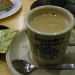 コメダ珈琲店  - ちびつぬは、カフェオーレ。アメリカンとはちょっと違う色の このコーヒーカップもいい感じ。コメダでは珈琲を注文すると 小袋の豆菓子が1袋ずつ付いて来るのが嬉しいよね♪