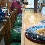 大洋食堂 - カウンター・・裁縫してるし・・。