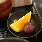 ラッキー食堂 - オレンジ一切れ、ブドウ1粒がデザートとして出てきました