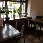ラッキー食堂 - 4人掛けテーブル3卓は、別室のようになっていました